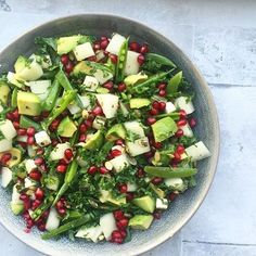 Aftenens salat fintsnittet grønkål, sukkerærter, avocado, honningmelon, granatæble, feta og græskarkerner.. Dressing: olie, soya, eddike, honning og peber