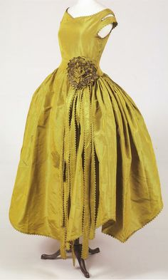 Robe de Style Marjolaine Jeanne Lanvin: 1920 taffetas changeant used to create an off-the-shoulder-drop-waist full-skirted silhouette. 20s Fashion, Fashion Editor, Fashion History, Vintage Fashion, Edwardian Fashion, Gothic Fashion, Jeanne Lanvin, Vintage Outfits, Vintage Gowns