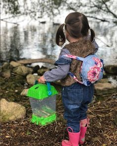 Perfect for STEM learning, this super-sized Critter Habitat is great for curious learners and junior nature enthusiasts! Collect and observe bugs, frogs, fish, rocks, leaves, flowers and more in a safe, critter-friendly environment you can carry with you on your nature walks! #outdoorplay #buglover #critters #naturewalk #sciencetoys #STEMlearning #STEMtoys #sciencetoys #curiouskids #educationaltoys #explore Photo by @my_three_little_strawberries Steam Learning, Play Based Learning, Learning Through Play, Preschool Learning, Fun Learning, Science Fair Projects, Science Experiments Kids, Science For Kids, Bug Toys