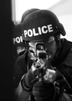 A_police_officer_peers_through_the_telescope_sight_of_an_M4_carbine_as_he_breaches_into_the_Live_Fire_Shoot_House_at_the_Camp_Atterbury_Joint_Maneuver_Training_Center_in_Edinburgh,_Indiana,_May_13,_2010_100513-A-MG787-323.jpg