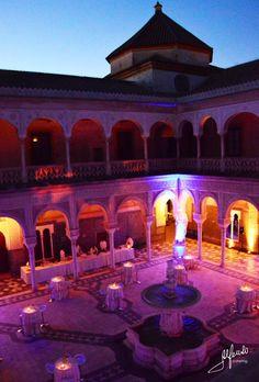 Casa de Pilatos, en Sevilla, de colores de noche. Este y otros espacios exclusivos de Alfonso Catering en www.alfonsocatering.es