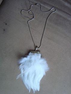 Colar em corrente de metal, tipo rabo de rato, na cor prata, e pingente em penas brancas e peça de metal tb prata com aplicação de strass branco. R$59,00