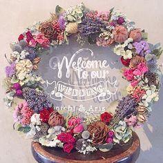"""プレ花嫁の結婚式(ウェディング)準備サイト marryマリー on Instagram: """"⋆*❁ 大きな#リース の#ウェルカムボード を発見 「Welcome to our wedding」のメッセージをかいた #アクリルボード に、直径50センチもある #ドライフラワー のリースを組み合わせています * 透明感×アンティーク感のあるウェルカムボードは、…"""""""