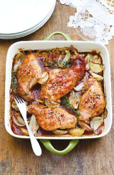 Pečený králík s tymiánem   -  Předehřejte troubu na 200 °C. Maso naporcujte, osolte a v pekáči zasypte cibulí. Pak připravte zálivku – všech...