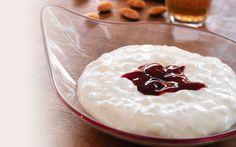 Der findes et utal af måder at lave risalamande på og hver familie  har sine traditioner. Her kommer vores bud på en lækker risalamande; semisød og godt med flødeskum. Velbekomme!