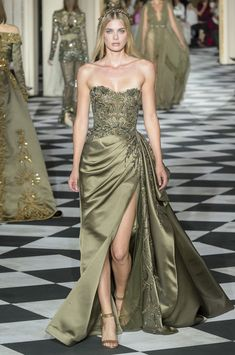 Zuhair Murad autumn/winter 2019 couture collection - HarpersBAZAARUK Models wore crowns and embroidered gowns Elegant Dresses, Pretty Dresses, Couture Fashion, Runway Fashion, Gothic Fashion, Victorian Fashion, Ball Dresses, Ball Gowns, Neue Outfits