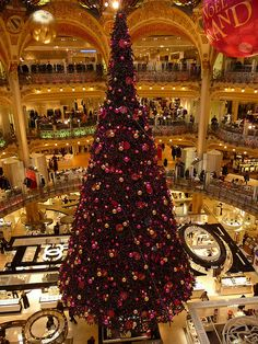 A christmas tree of four floors high in Galeries Lafayette. Christmas In Paris, Xmas, Christmas Tree, Girls Rules, Wonderland, Holiday Decor, Lafayette Paris, Galleries, Travel Destinations