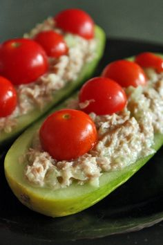 Tuna Cucumber Boats // protein, low carb, fast and fun for meals and snack Would be better with chicken salad Paleo Recipes, Low Carb Recipes, Snack Recipes, Cooking Recipes, Tuna Recipes, Curry Recipes, Kos, Healthy Snacks, Healthy Eating
