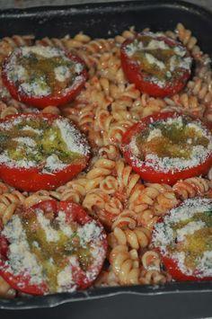 Pasta al forno con pomodori e pecorino