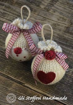 Palline di Natale fatte a maglia con roselline in tessuto e cuori in pannolenci e feltro, in stile country. Puoi trovarle anche nel mioshop su alittleMarket.it