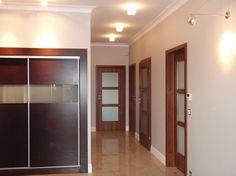 białe listwy, drewniane drzwi