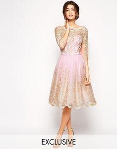 Chi Chi London - Hochwertiges Kleid aus Metallic-Spitze mit Bardotkragen - Nude