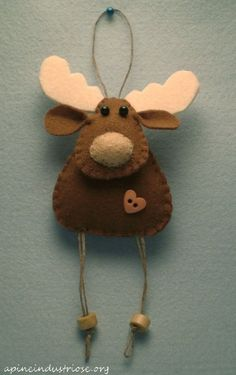 Craft christmas reindeer felt ornaments ideas for 2019 Felt Christmas Decorations, Christmas Crafts For Gifts, Felt Christmas Ornaments, Christmas Sewing, Christmas Projects, Christmas Fun, Reindeer Christmas, Reindeer Craft, Reindeer Ornaments
