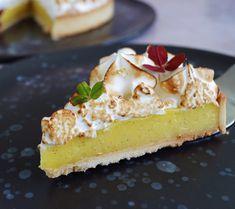Citrontærte med marengs - Mette Skutter Cakes Yummy Treats, Sweet Treats, Yummy Food, Danish Dessert, Cake Recipes, Dessert Recipes, Love Cake, Yummy Cakes, No Bake Cake