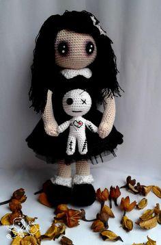 Patrón en PDF para realizar en amigurumi esta muñeca lolita gótica y su muñeco vudú.
