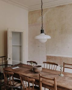 rustic dining room with vintage lighting fixture and wood table and mismatched dining chairs. World Of Interiors, Scandinavian Interior Design, Modern Interior Design, Contemporary Interior, Murs Beiges, Mismatched Dining Chairs, Vintage Dining Chairs, Vintage Light Fixtures, Vintage Lighting