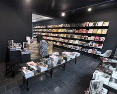 How To Make Interior Design Of Your Bookstore Unique? Retail Interior Design, Retail Store Design, Interior Design Companies, Retail Stores, Bookstore Design, Book Cafe, Shop Front Design, Black Walls, Interiores Design