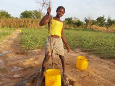 Ragazza al pozzo (2). Nanoro. Burkina Faso.