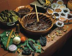 """Delicioso platillo de origen prehispánico que con la llegada de los españoles se perfeccionó. Su nombre Proviene de la palabra náhuatl """"Moli"""" que significa potaje; los antiguos Mexicas lo preparaban con chocolate, chiles y carne de guajolote (pavo); con la llegada de los españoles se añadieron una gran cantidad de especias, con lo cual se logró el Mole, tal como lo conocemos ahora. a partir de este platillo surgieron una gran cantidad de variedades: verde, poblano, rojo, oaxaqueño, etc."""