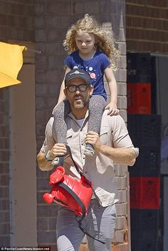Doting dad: Ryan Reynolds carried his eldest daughter James on his shoulders to playdate i. Blake And Ryan, Blake Lively Ryan Reynolds, Blake Lively Family, Blake Lively Style, Ryan Reynolds Daughter, Dad Daughter, Daughters, Priyanka Chopra Wedding, Hot Dads