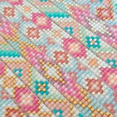 Colors and pattern. Diy Bracelets And Anklets, Bead Loom Bracelets, Beaded Bracelet Patterns, Woven Bracelets, Peyote Stitch Patterns, Bead Loom Patterns, Beading Patterns, Beaded Jewelry Designs, Handmade Jewelry