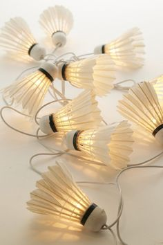 Small budgets, bring upcycling into your home .- : Petits budgets, faites entrer l'upcycling chez vous ! – Depuis mon hamac Badminton shuttlecocks diverted in light garland - Diy Luz, Home Crafts, Diy And Crafts, Luminaria Diy, Creation Deco, Badminton, Diy Room Decor, Diy Projects, Creative