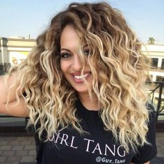 Here's Every Last Bit of Balayage Blonde Hair Color Inspiration You Need. balayage is a freehand painting technique, usually focusing on the top layer of hair, resulting in a more natural and dimensional approach to highlighting. Balayage Blond, Blond Ombre, Blonde Curls, Blonde Wig, Curly Blonde, Curly Balayage Hair, Ombre Curly Hair, Blonde Highlights Curly Hair, Ombre Brown