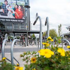 Verschillende fietsoverkappingen en fietsenrekken die Falco geplaatst heeft bij de Universiteit Twente Street View