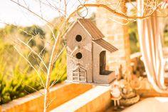 Dê asas à #decor conectar-se com a natureza é libertador, mesmo em um ambiente urbano. Afinal, quem não gosta do canto dos pássaros? As casinhas de pássaros permitem ter sempre nossos amigos alados por perto, sempre respeitando sua liberdade! Não é demais?  #quintal #jardim #jardinagem #paisagismo #casinhas #fontes #decoraçãoexterna #designdeinteriores #decoracao #decorarfazbem #comprardecoracao #carrodemola.