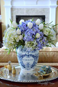 New Flowers Arrangements Blue And White Simple 30 Ideas Beautiful Flower Arrangements, Floral Arrangements, Beautiful Flowers, Blue And White Vase, White Vases, White Tulips, Vasos Vintage, Blue Pottery, Ceramic Pottery