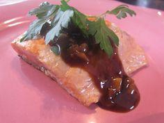 Préparation: 10 min Cuisson: 10 min Pour 4 personnes: -4 pavés de saumon sauvage -2 cuillères à soupe de crème de vinaigre balsamique -2 gousses d'ail -1 échalote -4 pétales de tomates séchées -15 cl de vin blanc -1 cuillère à café de miel -1 cuillère...