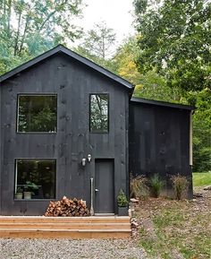 Modern Black House Exterior Design Ideas For Your Inspiration 28 Exterior Paint, Exterior Design, Cabin Exterior Colors, Black House Exterior, Exterior Windows, Grey Exterior, Cabin In The Woods, Design Case, House Colors