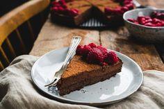 Dezert sladený banánmi, prevzdušnený mascarpone a hriešne čokoládový, presne takto jedinečný je tento zdravý koláč bez múky a cukru!