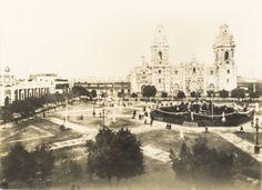 Aspecto de la Plaza Mayor de Lima donde se aprecia el conjunto formado por la Catedral, el Palacio Arzobispal y la iglesia del Sagrario; asimismo un aspecto del Palacio de Gobierno [fotografía]