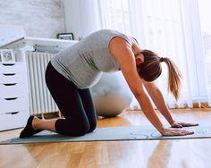 Auch der Übung Katzenbuckel könnt ihr den Beckenboden an- und entspannen.