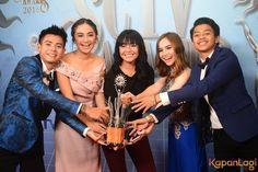 Para pemeran utama Mermaid In Love berfoto bersama Piala SCTV Award, mereka meme... Mermaid In Love, Meme, Memes