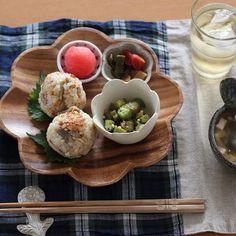 豆皿は個性的なお皿とも合うのです。お皿とおんなじカタチのお花の豆皿や、オニギリとまん丸の豆皿と合わせ、ワンプレートの中に統一感が生まれます。