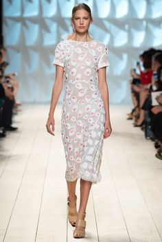 Nina Ricci Spring 2015 Ready-to-Wear - Collection - Gallery - Style.com me gustaria con las mangas japonesas