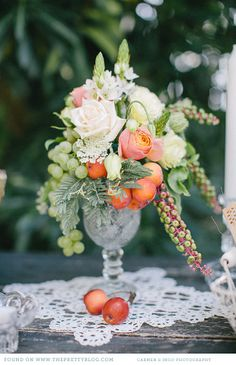 Soft pink, peach & green table flowers | Photo: Carmen & Ingo Photography, Flowers: Stil(l)leben