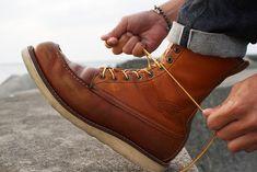 Le modèle Red Wing 877 est arrivé au catalogue de la marque en 1952, cette chaussure a rapidement rencontré un succès avec sa couleur rousse ressemblant à la couleur d'un chien de chasse Irish Setter (oro legacy leather) et sa semelle crêpe blanche large en version 8-inch. Elle a souvent été portée par les agriculteurs, les chasseurs, les ouvriers du bâtiment en superstructure, mais aussi par des stars comme Steve McQueen...