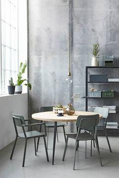 Mooi: ronde eettafel Club, legergroene stoelen Ace, metalen opbergboxen & bloempotten [House Doctor]