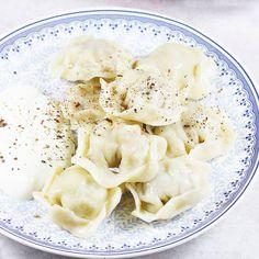 Najlepsze pierożki pielmieni, jakie tylko można zrobić. Zapraszam po mój sprawdzony przepis na oryginalne pielmienie, które zachwycają nie tylko smakiem, ale i wyglądem. Można je podać na kilka sposobów. Lithuanian Recipes, Dumplings, Macaroni And Cheese, Side Dishes, Food And Drink, Soup, Cooking Recipes, Favorite Recipes, Vegetables