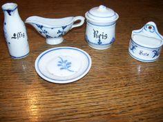 Puppenküchen- Strohblumen, Geschirr, um 1900....