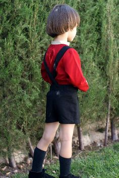 Bermuda niño en algodón-viscosa negra, elástico trasero y tirantes.