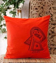 Painting fabric pillows cushions New Ideas Cushion Cover Designs, Cushion Covers, Pillow Covers, Cushion Pillow, Hand Embroidery Designs, Embroidery Patterns, Embroidery Stitches, Fabric Painting, Fabric Art