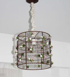 """Lámpara  romántica """"BLOOMING"""". Armazón con metal desplegado y aplique de florcitas."""