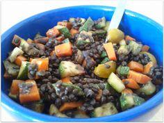 Zur Abwechslung gabs bei LaGusterina mal weder braune noch rote Linsen, sondern Belugalinsen. Zusammen mit buntem Gemüse ergeben sie einen schönen Salat. http://lagusterina.wordpress.com/2013/07/24/vegan-wednesday-11/