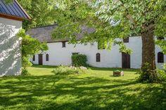 Vill du bo som en Hollywoodstjärna? Då ska du kolla in Max von Sydows gamla kalkstenshus i Fole på Gotland som nu är till salu. Det smakfullt inredda huset med tillhörande pool och spaavdelning kan bli ditt för knappt tio miljoner kronor.