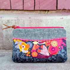 I think this is cute with the trim, colored zip, & fabric - Pink Door Fabrics - The Curvy Clutch - Sewing Pattern Easy Sewing Projects, Sewing Projects For Beginners, Sewing Hacks, Sewing Patterns Free, Free Sewing, Bag Patterns, Diy Sac Pochette, Fabric Bags, Fabric Basket