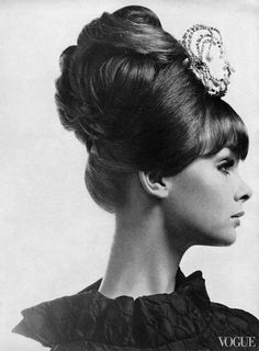 Jean Shrimpton is wearing her hair stacked up from the crown for evening, photo by Horst, Vogue, August 1963 Jean Shrimpton, One Hair, Hair Dos, Pelo Vintage, Sixties Fashion, Retro Hairstyles, Prom Hairstyles, Beehive Hairstyles, Up Girl